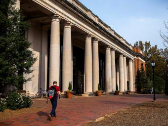 E.H.Little 图书馆 Exterior with student walking in